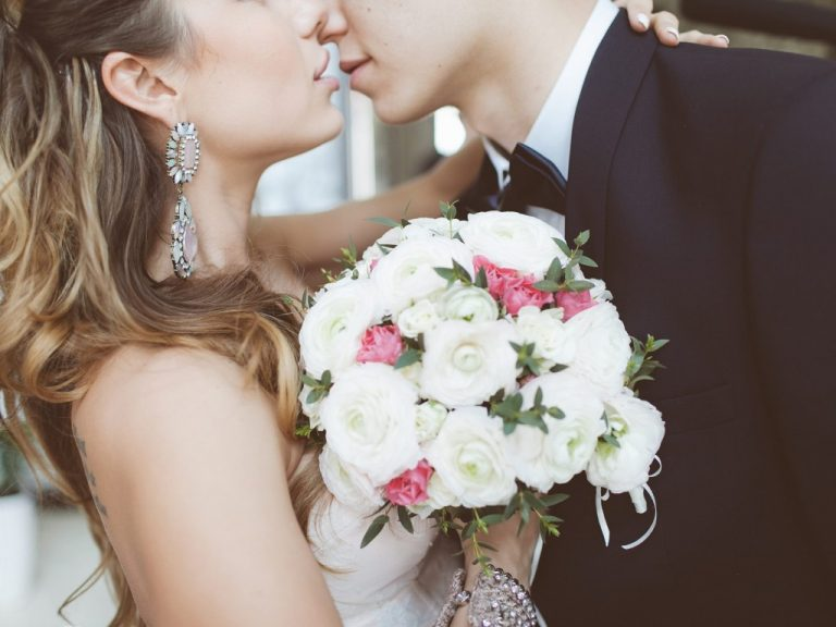 wedding-bride-bouquet-love-kiss-embrace-svadba-nevesta-zheni